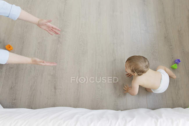 Baby Boy krabbeln in Richtung ausgestreckten Armen — Stockfoto