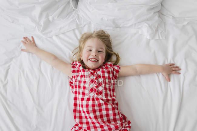Menina que está em cama — Fotografia de Stock