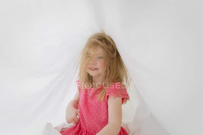 Fille sur le lit avec les cheveux ébouriffés — Photo de stock