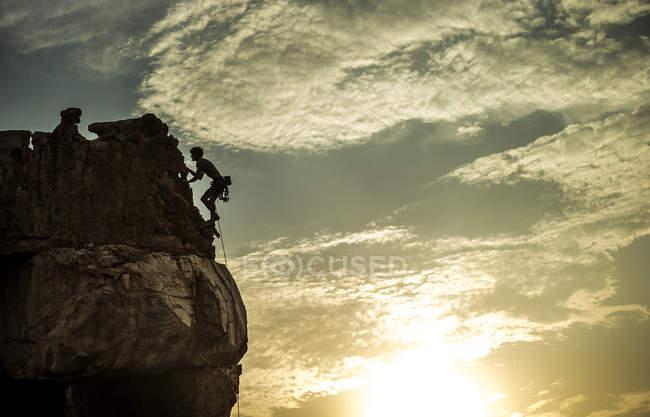 Bergsteiger besteigt eine Felsformation. — Stockfoto