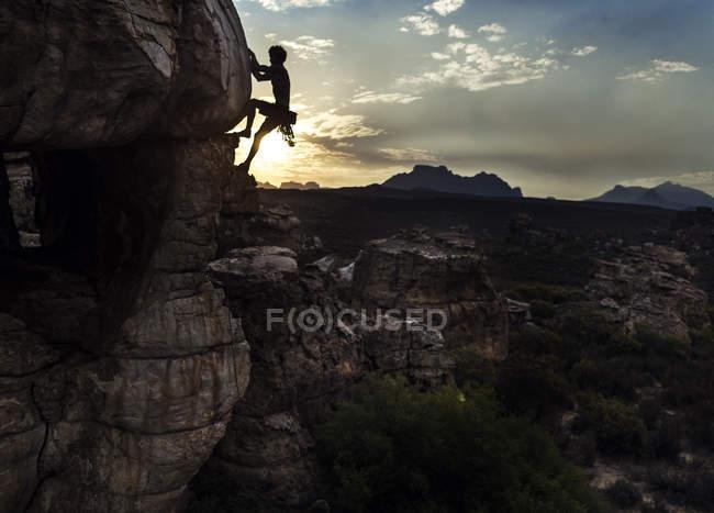 Alpinista scalare una formazione rocciosa . — Foto stock