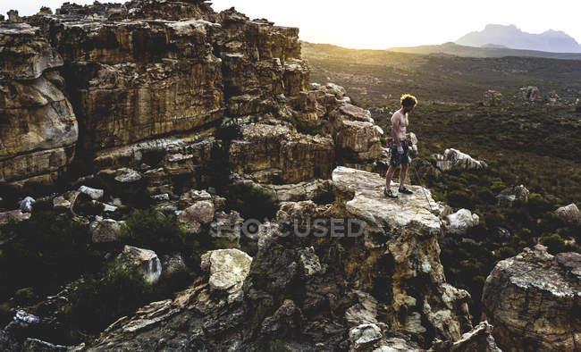 Alpinista sulla formazione rocciosa — Foto stock