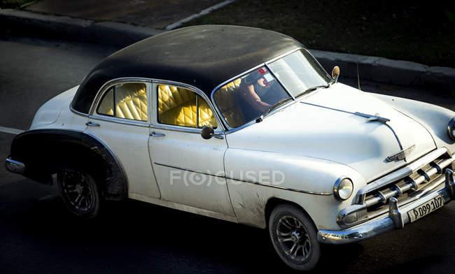 Tiro de ângulo elevado de carro clássico — Fotografia de Stock