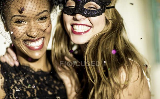 Junge Frauen auf der Glitzerparty. — Stockfoto