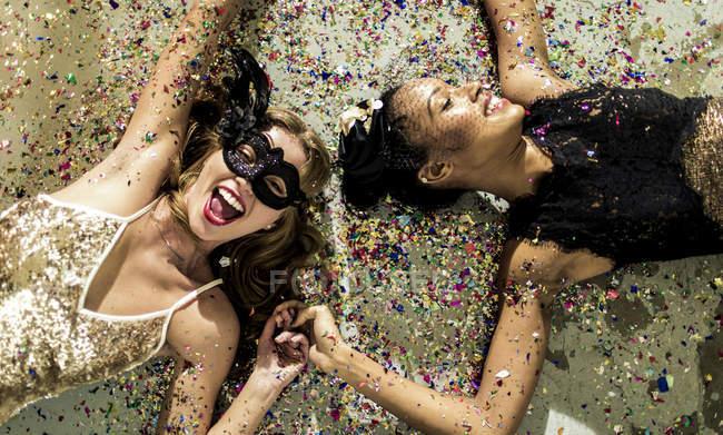Молодые женщины на блестящей вечеринке . — стоковое фото