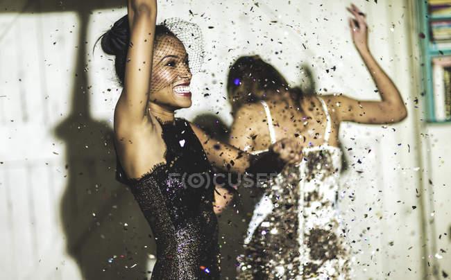 Молоді жінки на вечірці блиск. — стокове фото