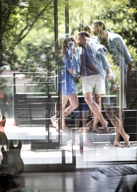 Couple standing on balcony kissing — Stock Photo