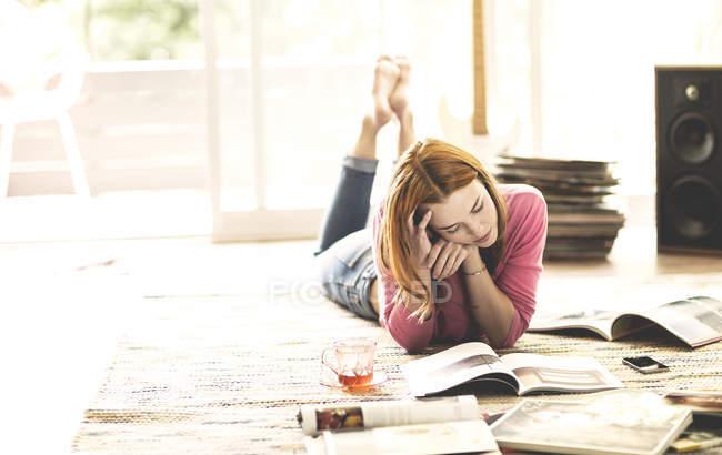 Woman lying on floor — Stock Photo