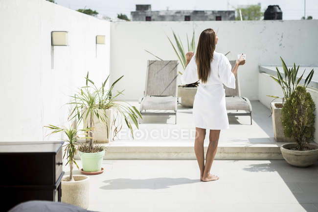 Woman standing in front of loungers. — Stock Photo