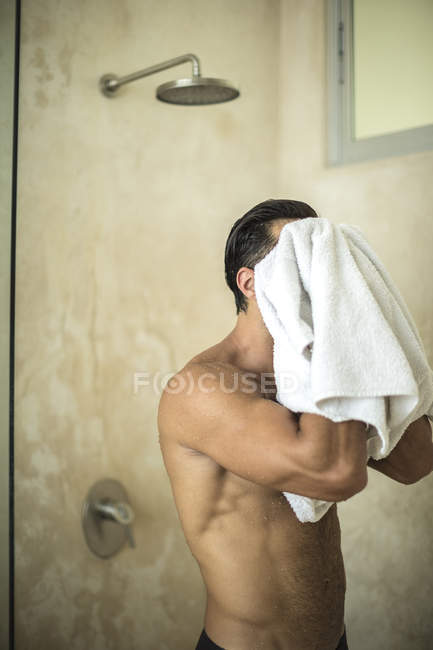 Hombre secándose con toalla . - foto de stock