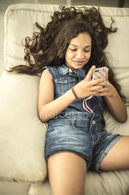 Дівчина дивиться на мобільний телефон. — Stock Photo