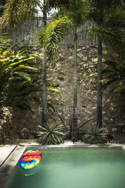 Na popa, flutuando na piscina vazia — Fotografia de Stock