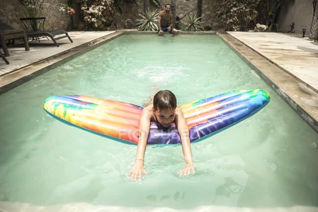 Rapaz flutuando na jangada de piscina — Fotografia de Stock