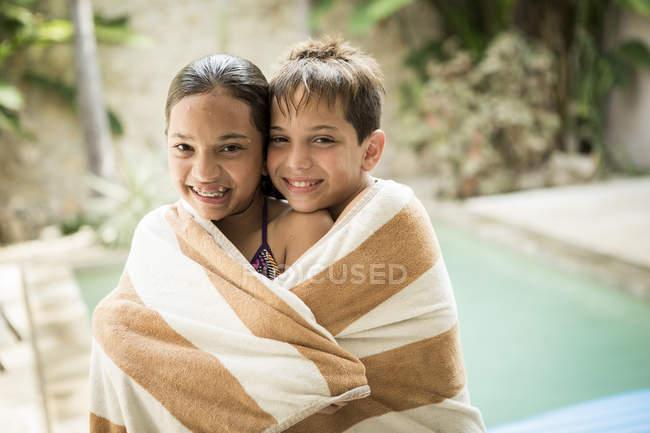 Мальчик и девочка завернутые в полотенце — стоковое фото