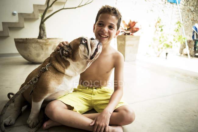 Junge und Hund am Boden — Stockfoto