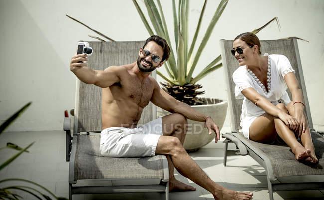 Couple posing for selfie. — Stock Photo