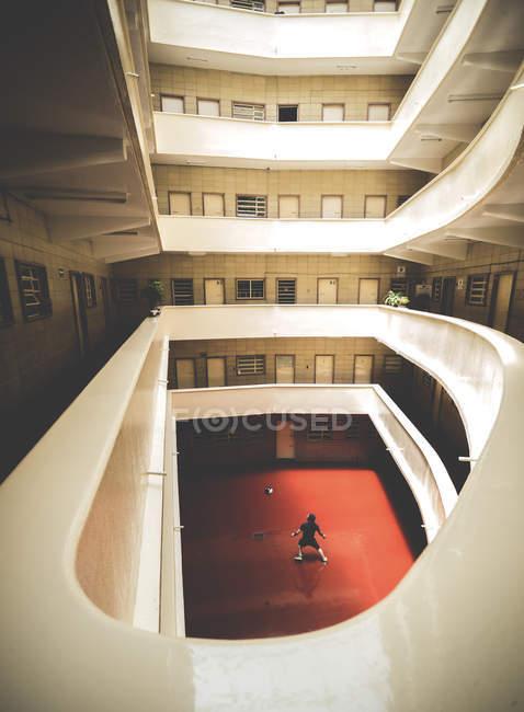 Mann mit Ball spielen — Stockfoto