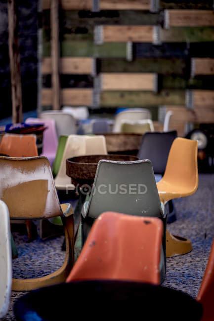 Sedie In Plastica Stock.Edificio Con Sedie Di Plastica Usurate Colore Arancione Messa A