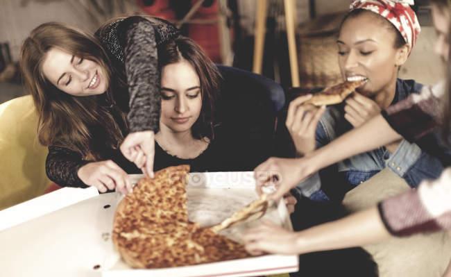 Женщины сидят за столом — стоковое фото