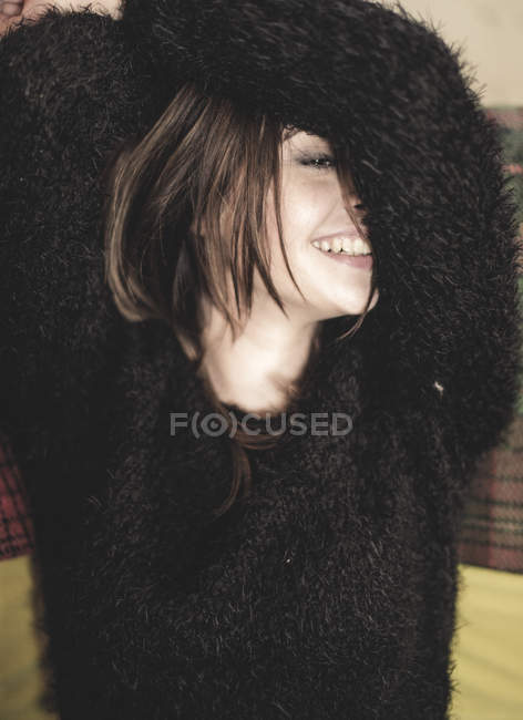 Жінки носять пухнасті чорний светр — стокове фото