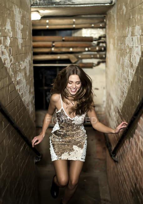 Молода жінка в блискітками сукня — стокове фото
