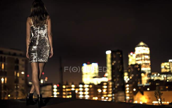 Молодая женщина в платье с блестками партии — стоковое фото