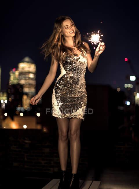 Cierge magique de la jeune femme holding — Photo de stock