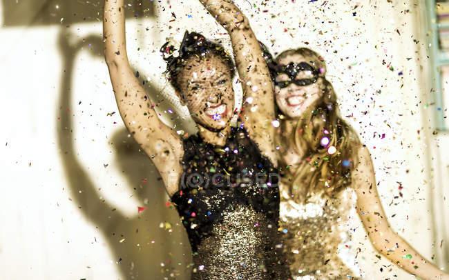 Молоді жінки танці з конфетті падіння. — стокове фото