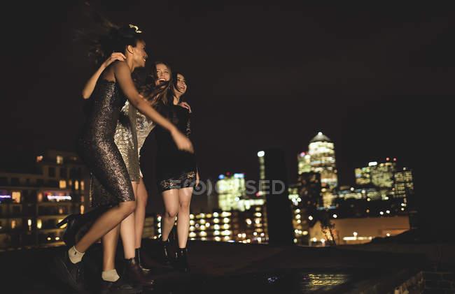 Frauen stehen auf dem Dach feiern — Stockfoto