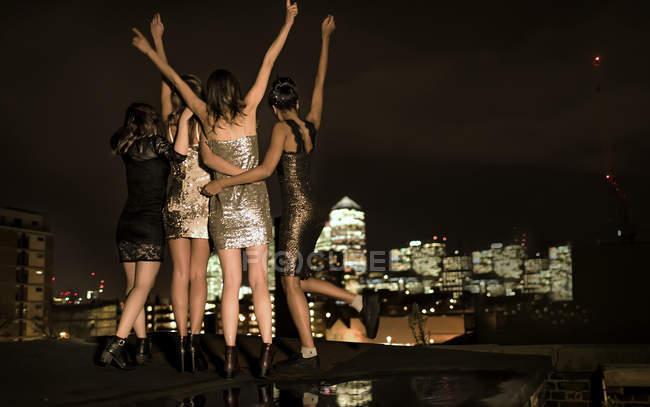 Femmes se tenant debout sur la célébration de toit — Photo de stock
