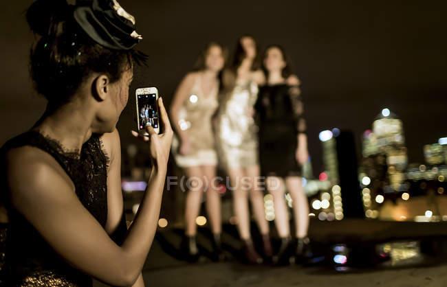 Femmes sur le toit en posant pour la photo — Photo de stock