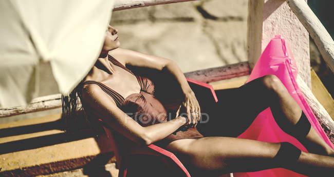 Junge Frau tragen Badeanzug — Stockfoto