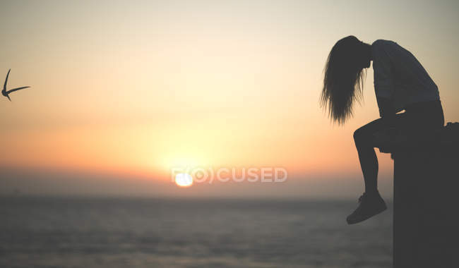 Young woman on sunset — Stock Photo