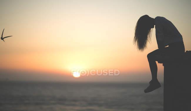 Jovem mulher no por do sol — Fotografia de Stock