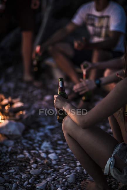 Молодые люди собрались на пляже — стоковое фото