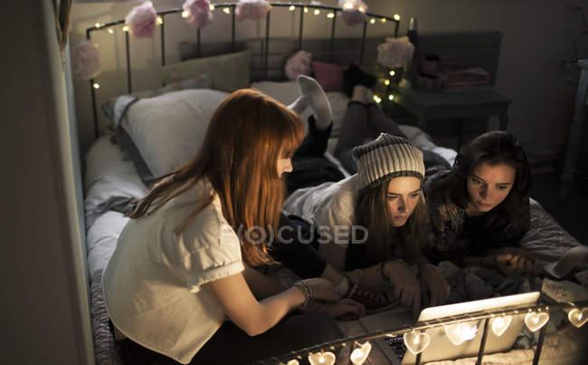 Молоді жінки на ліжку — Stock Photo