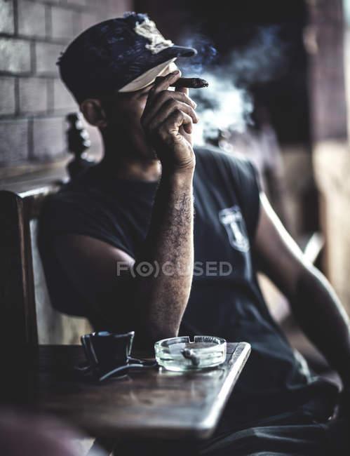 Mann Rauchen Zigarre — Stockfoto