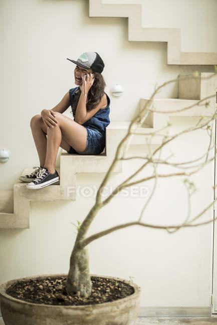 Дівчинка сидить на відкритому повітрі кроки — Stock Photo