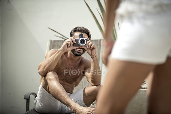 Homem tirando foto de mulher de pé — Fotografia de Stock