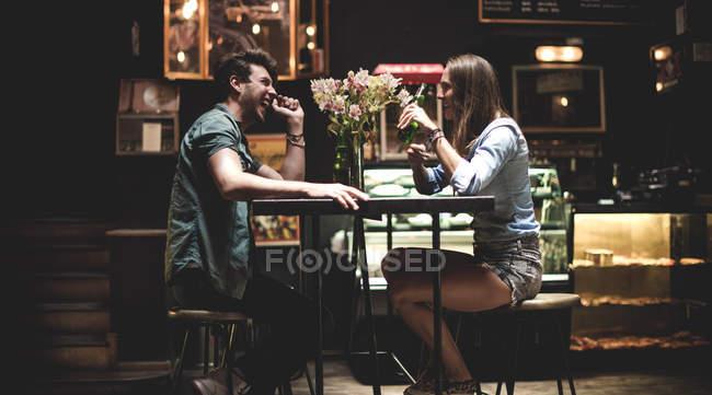 Due giovani persone seduta nel bar — Foto stock
