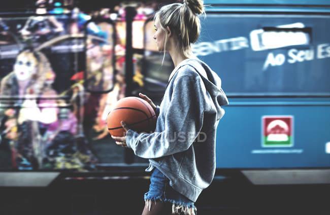 Junge Frau mit Basketball — Stockfoto