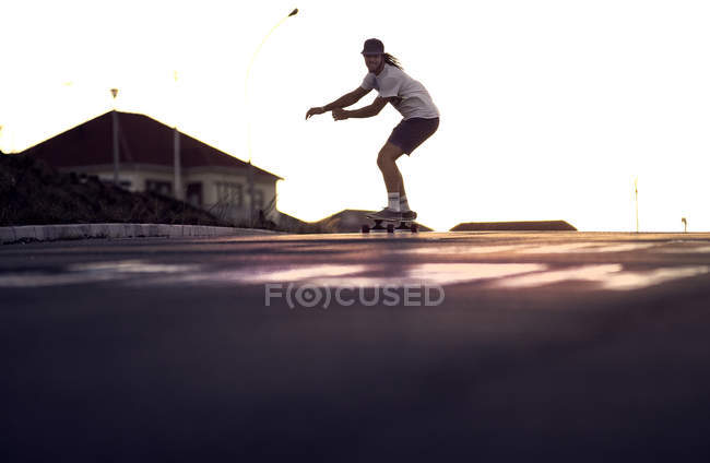 Junger Mann skateboardet — Stockfoto