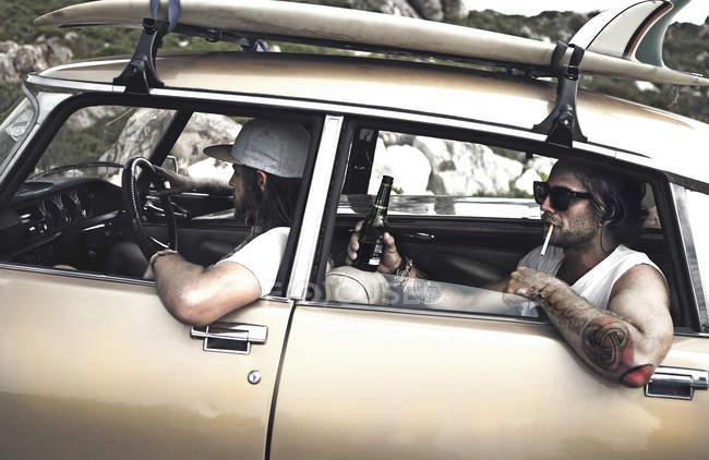 Dois homens em um carro antigo — Fotografia de Stock