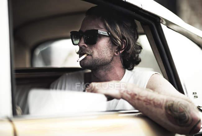 Mann mit Schnurrbart, sitzen im Auto — Stockfoto