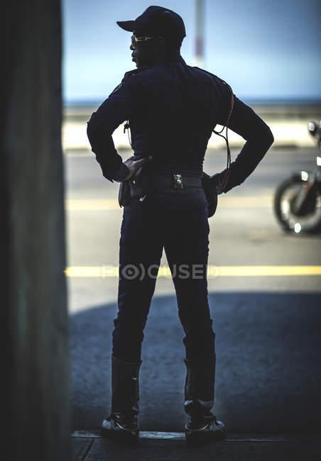Людину, яка стояла в дверях — стокове фото