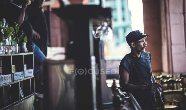 Mann lehnt an Bar in Café — Stockfoto