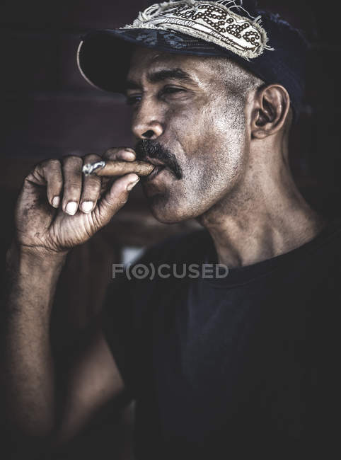 Cigare fumer homme — Photo de stock