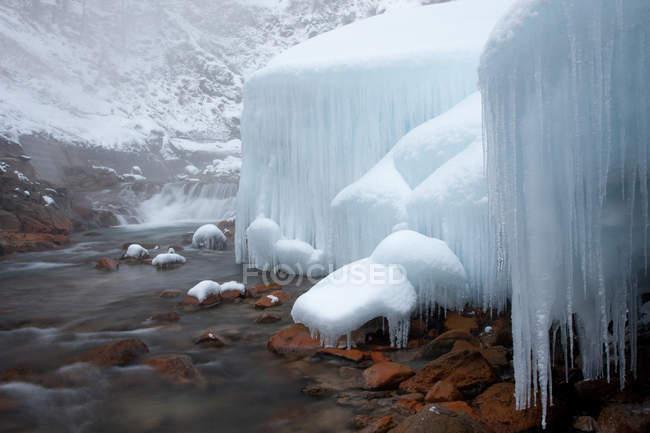 Ghiaccioli e blocchi di neve congelata — Foto stock