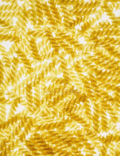 Patrón espirales de pasta Fusilli - foto de stock