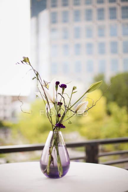 Небольшие цветы в вазе — стоковое фото
